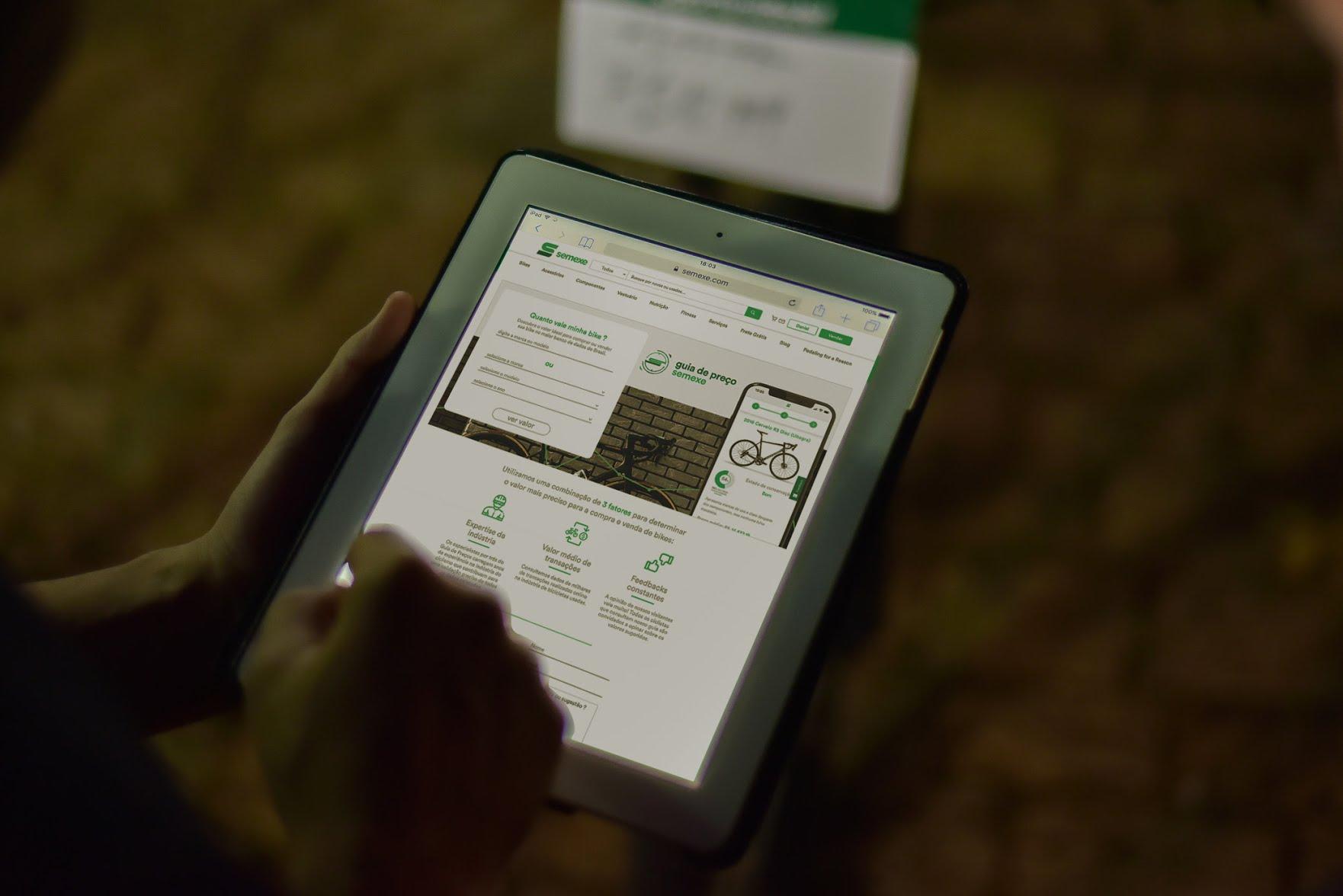 tablet com a pagina da tabela fipe de bicicletas ou guia de precos da semexe aberta